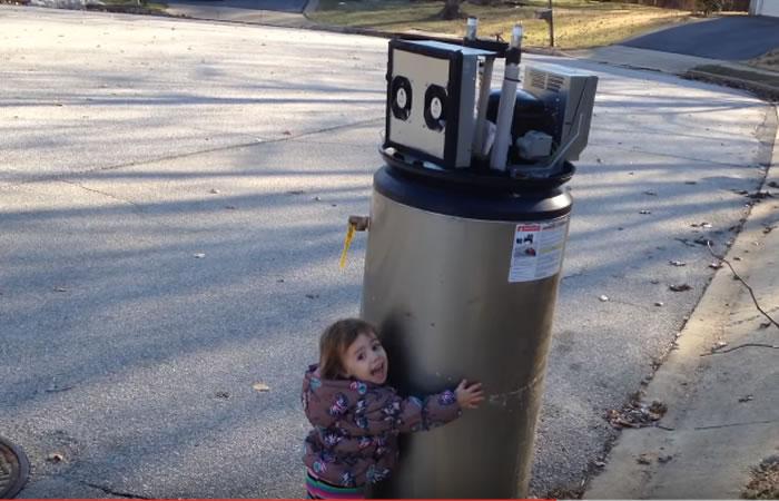 Niña demuestra tierno afecto a un 'robot'. Foto:Youtube