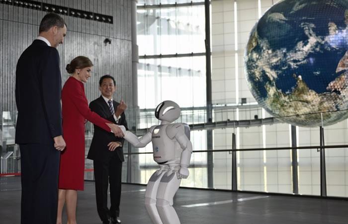 Japón: El robot Asimo recibe a los Reyes de España
