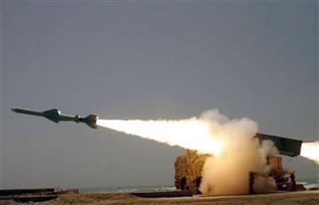 EE.UU. lanza al menos 50 misiles contra una base aérea en Siria