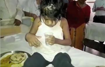 India: Rescatan a niña que fue adoptada por monos
