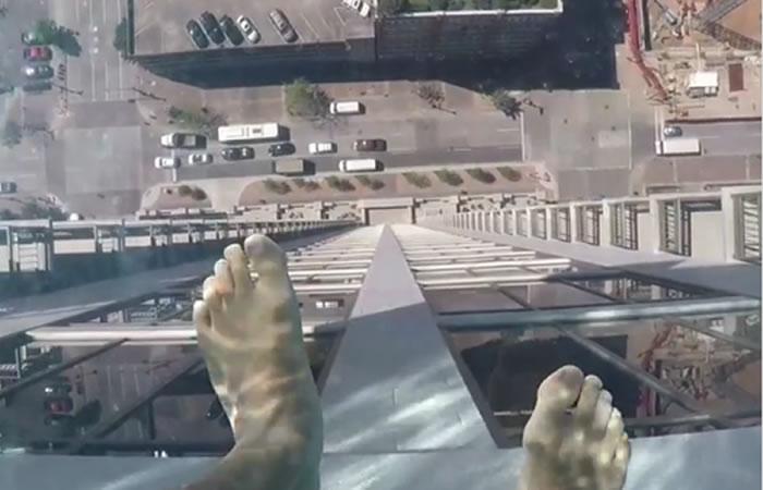 Viral: Piscina con suelo de vidrio está suspendida a 153 metros de altura
