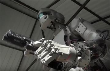Robot ruso aprende a disparar y manejar un automóvil