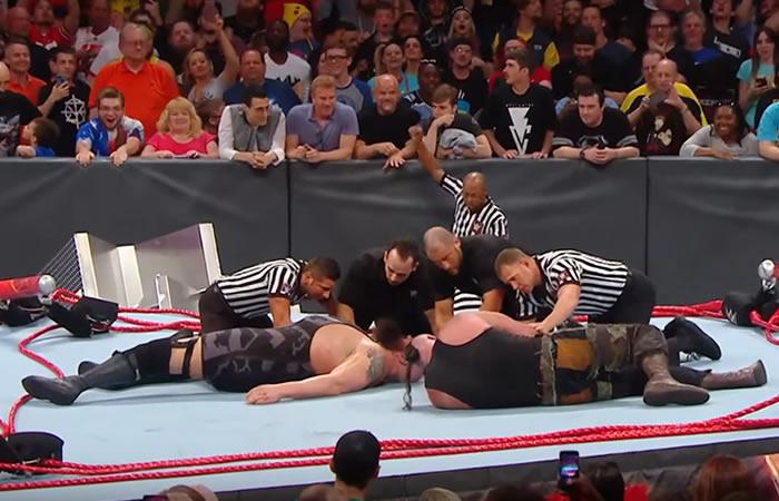 WWE: Dos gigantes caen, destruyen el ring y todos enloquecen