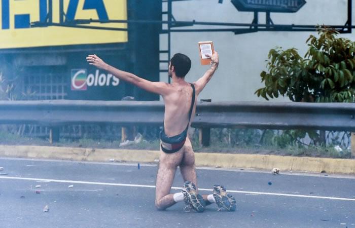 Video: Maduro se burla de manifestante desnudo