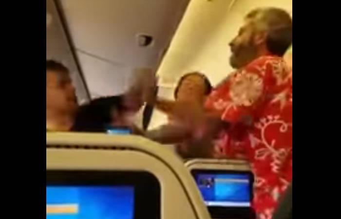 Video: Pasajeros se pelean dentro de un avión