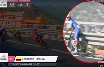 Fernando Gaviria nos dio un susto y casi se cae en el Giro