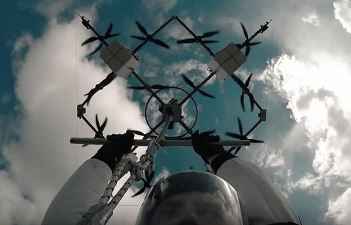 Letonia: Hombre realiza el primer salto en paracaídas desde un dron