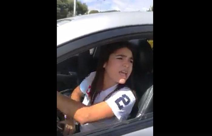 Bogotá: Mujer se enfrenta a taxistas que querían agredirla