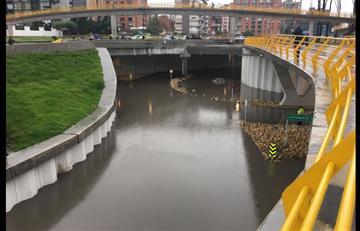 Fuertes lluvias en Bogotá inundaron el deprimido de la 94