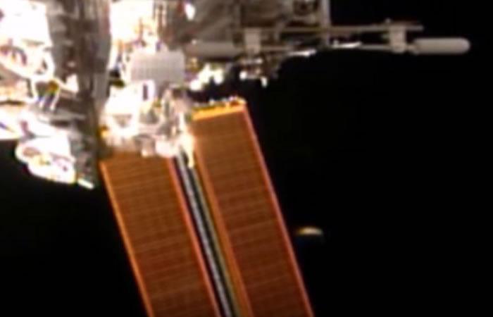 NASA: OVNI aparece una vez más en plena transmisión en vivo