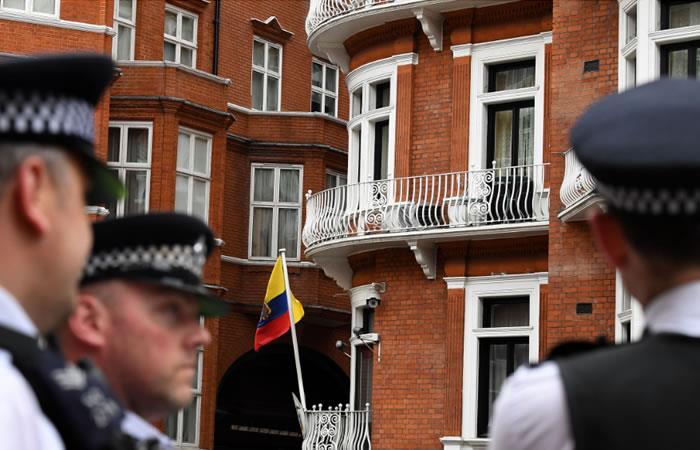 Policía británica arrestará a Assage si abandona la embajada