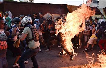 Maduro denuncia a opositores por quemar a joven durante protesta