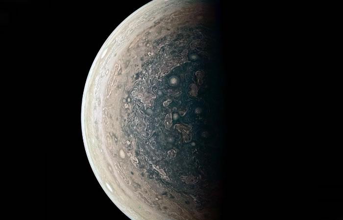 NASA: Sonda Juno envía inesperadas imágenes de Júpiter