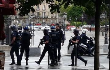 En la Catedral Notre Dame de París un hombre atacó a un policía