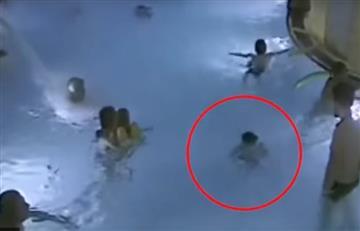 Finlandia: Un niño se ahoga en una piscina y nadie hace nada por salvarlo
