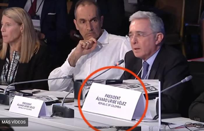 Álvaro Uribe fue presentado en Atenas como el 'Presidente de Colombia'