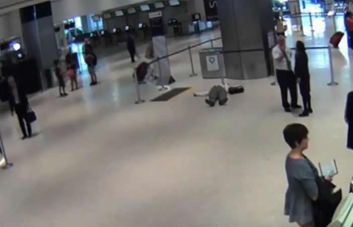 Funcionario de United Airlines atacó a un pasajero de 71 años