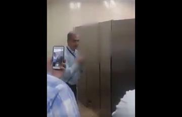 Medellín: Sorprenden dos hombres al interior de un baño en un centro comercial