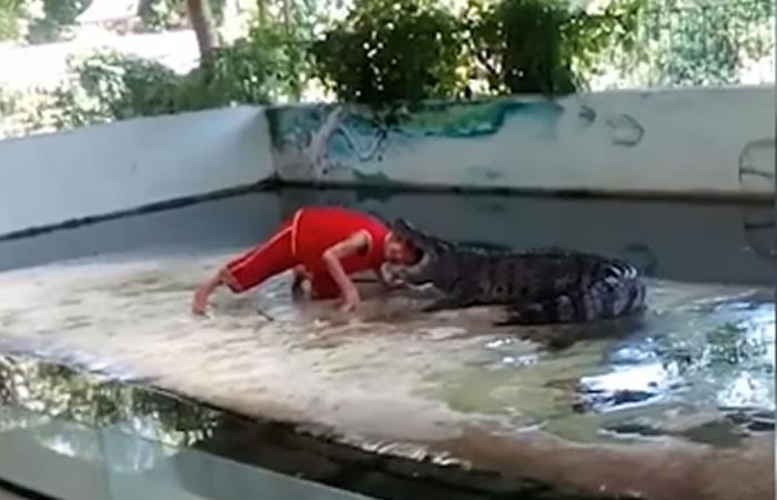 YouTube: Mete la cabeza en la boca de un cocodrilo y pasa lo inesperado