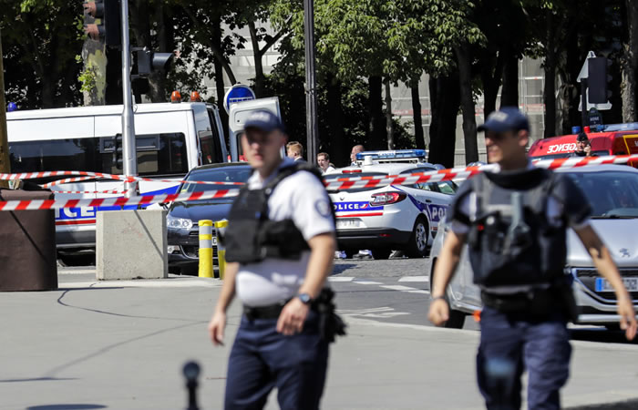 Hombre embistió con un vehículo un furgón policial en París