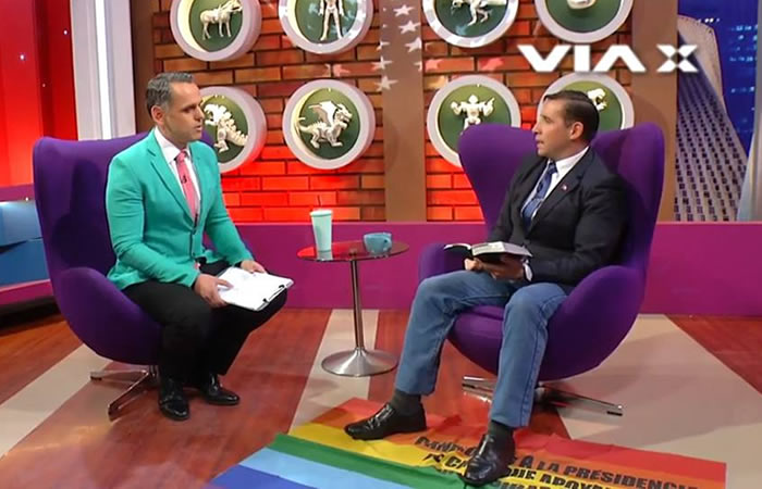 Pastor chileno pisó la bandera LGTBI durante una transmisión en vivo
