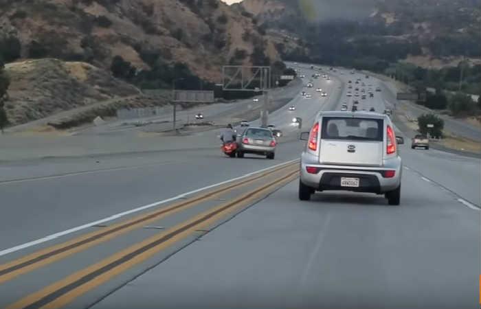 California: Pelea entre una moto y un auto provoca trágico accidente
