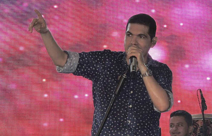 Video: Peter Manjarrés provoca tremendo 'besatón'