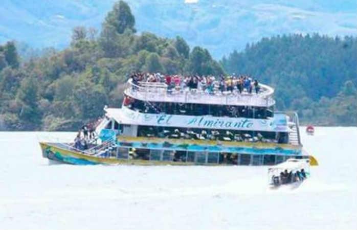 Video: Momento en el que naufragó la embarcación en Guatapé