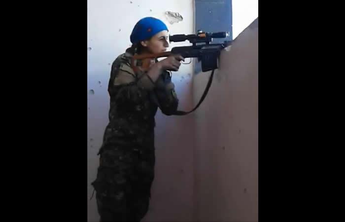 Estado Islámico dispara una bala contra francotiradora y ella sonríe