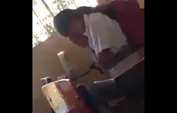 Niña con veladora reza en pleno salón de clases para aprobar el examen
