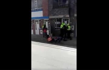 Video: Policía golpea a una mujer que la deja inconsciente en el piso