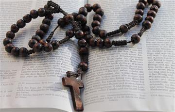¿Cómo rezar el Santo Rosario paso a paso?