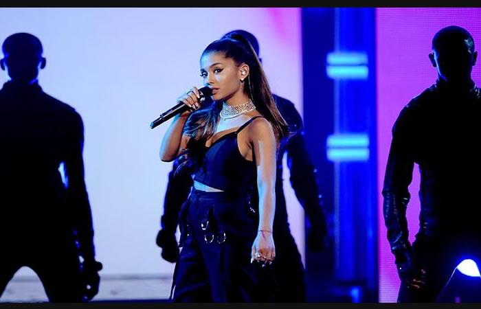 Ariana Grande sufre una pequeña caída durante su concierto en Chile. Foto: AFP