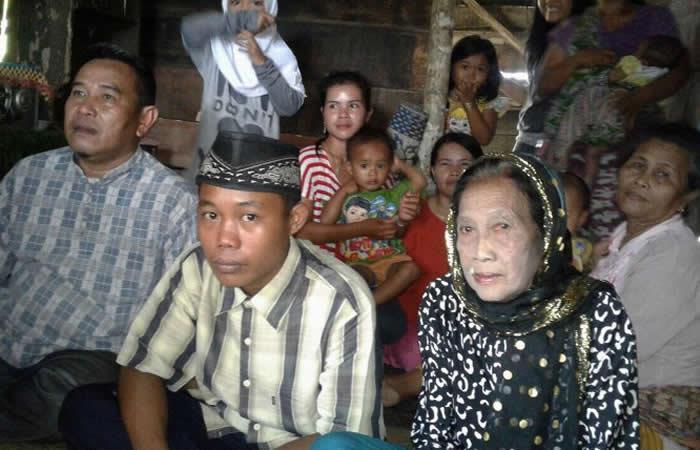 En Indonesia un joven de 15 años se casó con su novia de 73 años