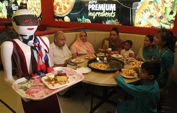 Video: Pizzería en Pakistán es furor por sus camareras robots