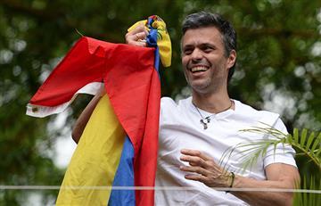 Leopoldo López está con su familia y ondea la bandera de Venezuela