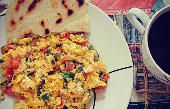 ¿Cómo preparar huevos pericos colombianos?