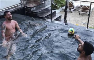 Messi y Suárez: Ni en la piscina sueltan la pelota