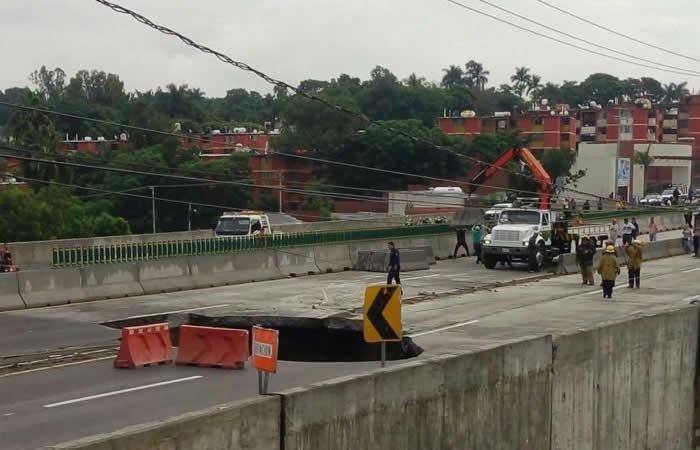 México: Dos muertos por gigantesco cráter en autopista recién inaugurada