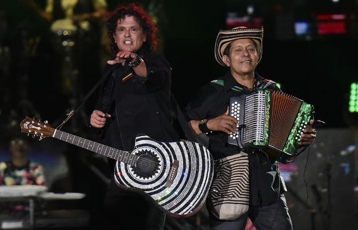 Carlos Vives le roban beso en concierto. Foto: AFP