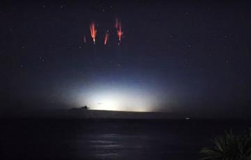 'Chispas rojas': Sorprendente fenómeno que filman en el cielo