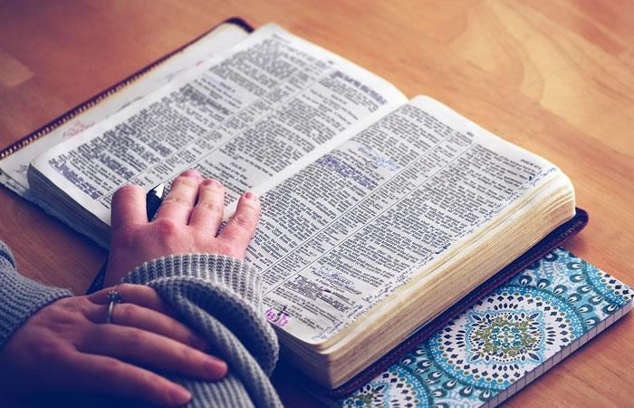 """El nuevo reto de """"arrojar una biblia al suelo"""" causa polémica en redes"""