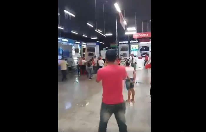 Video: Centro comercial de los hijos de Uribe se inundó