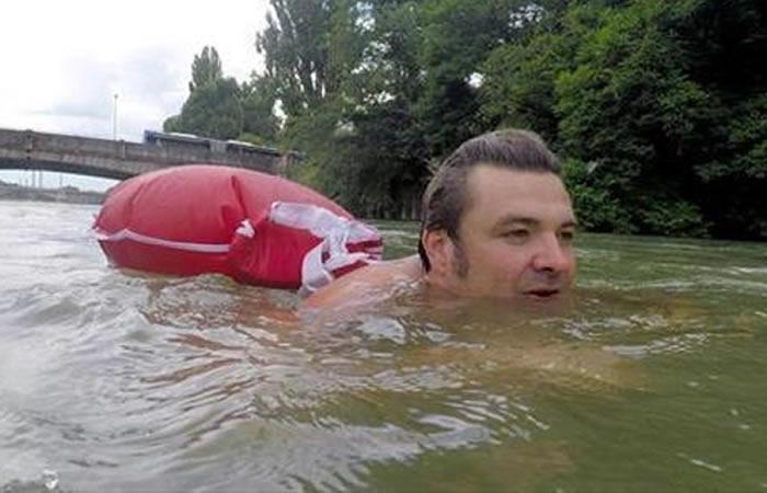 Alemania: El hombre que nada 2 km diarios para llegar a su trabajo