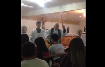 Video: Sacerdote bendice a sus fieles con una máquina aspersora