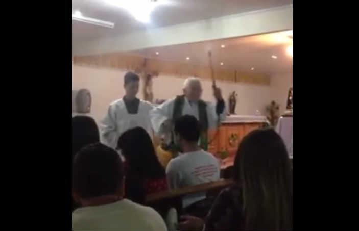 Video: Sacerdote bendice a sus fieles con una máquina aspersora