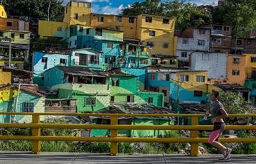 Francés pinta mural en barriada de Medellín