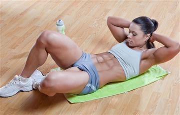 Conoce la forma correcta de hacer abdominales en el piso