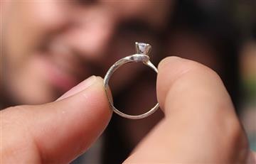 Compró el anillo de compromiso pequeño para hacerla perder peso