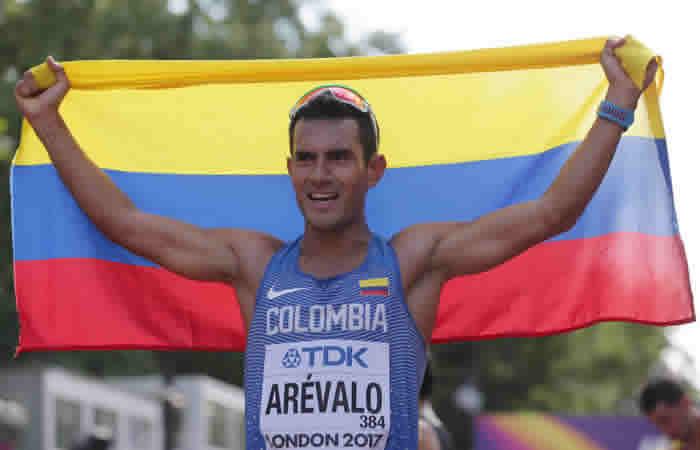 Peñalosa condecora al atleta Éider Arévalo por su triunfo en los 20 kilómetros marcha